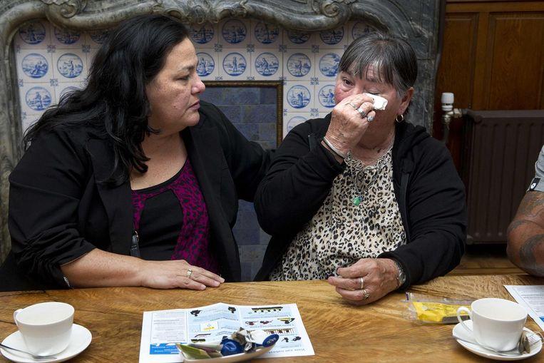 De oudste zus van Mitch Henriquez, Lila (L), en moeder Maria op het kantoor van advocaat Richard Korver. De nabestaanden van Mitch Henriquez praten met de pers na het nieuws dat twee agenten worden vervolgd voor de dood van Henriquez. Beeld anp