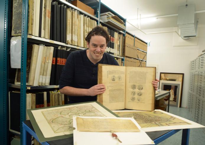 Ilja Mostert is zielsgelukkig tussen middeleeuws geurende archiefstukken.
