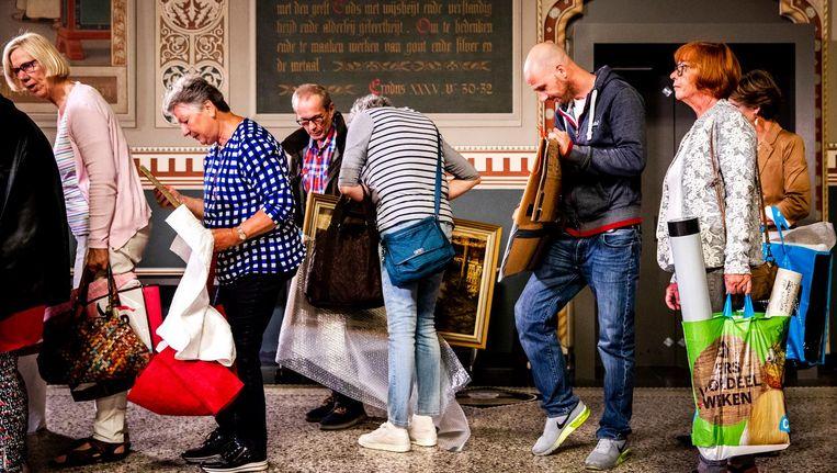 Mensen laten hun kunst taxeren tijdens opnames van Tussen Kunst en Kitsch in het Rijksmuseum Beeld anp