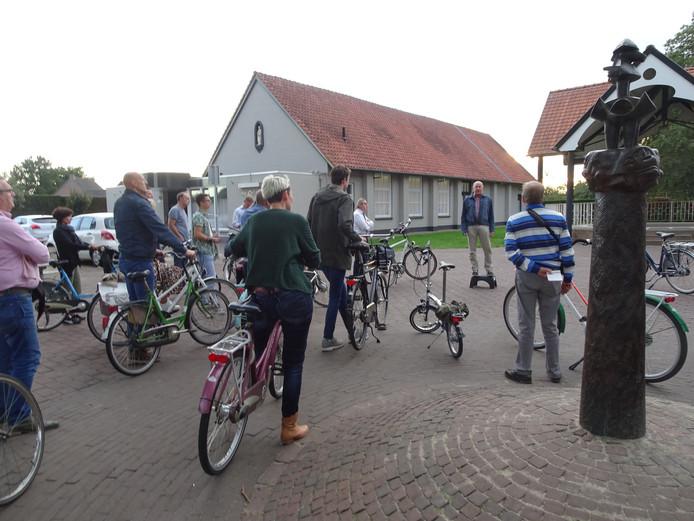 De gemeenteraad en het college van burgemeester en wethouders gingen op de fiets door Lennisheuvel om te horen wat er leeft.