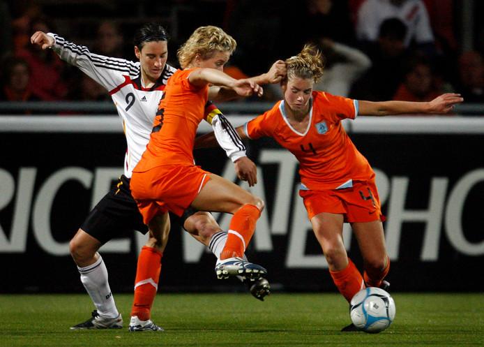 Daphne Koster en Anouk Hoogendijk als speelsters van Oranje.