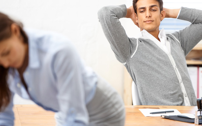 Seksuele intimidatie op het werk blijkt regelmatig voor te komen.