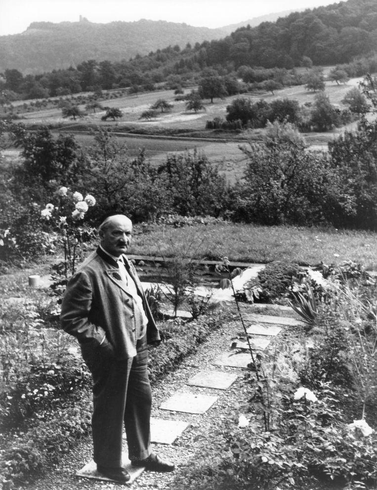 Heidegger in zijn tuin, vermoedelijk in 1964. Beeld ullstein bild via Getty Images