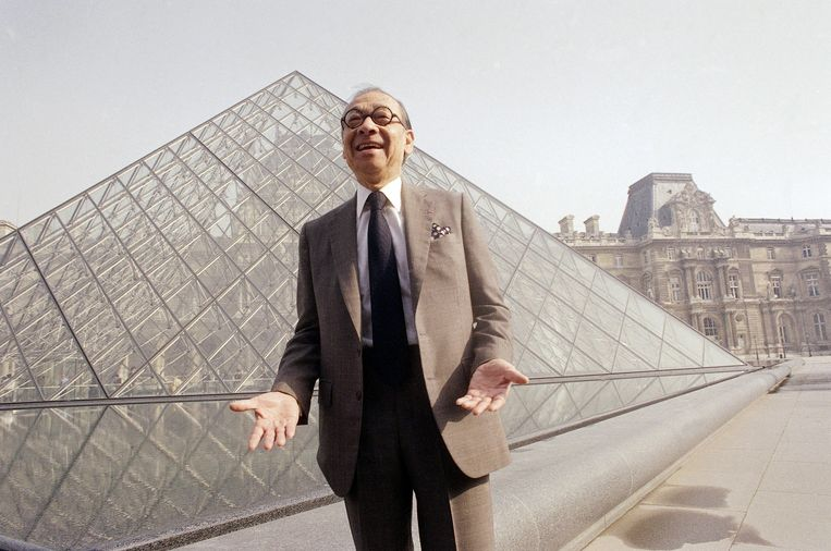 Archiefbeeld - Architect I.M. Pei bij de glazen piramides op de binnenplaats van het Louvre in Parijs.