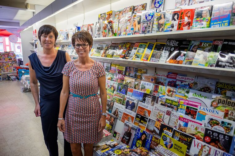 Zaakvoerster Sophie Theeten en medewerkster Ann Depoorter van boekhandel Merlevede zijn tevreden met de invoering van de zone 30.