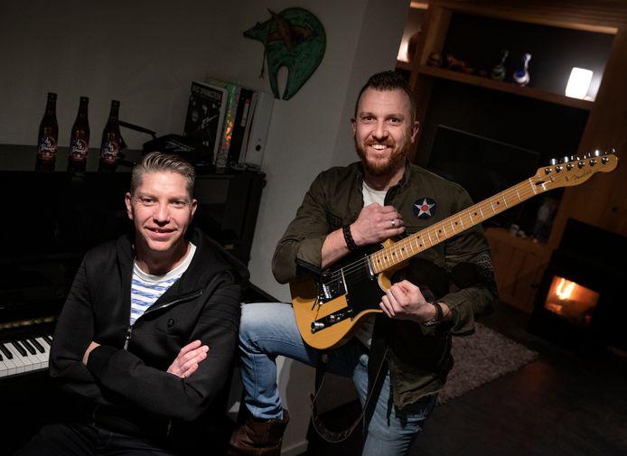 Peter Jans (l) en Nick Dekkers van de Bruce Springsteen-coverband 'Brucified'.