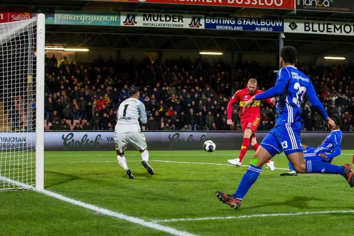 GA Eagles-speler Thomas Verheydt (m) scoort tegen zijn huidige club Almere City als getergde invaller binnen dertig seconden.