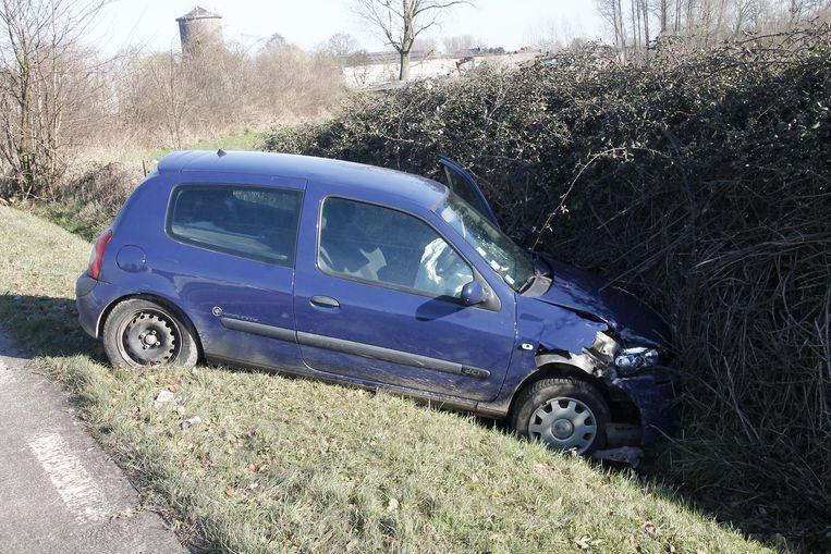 De vrouw belandde met haar wagen in de gracht en raakte gewond door de klap.