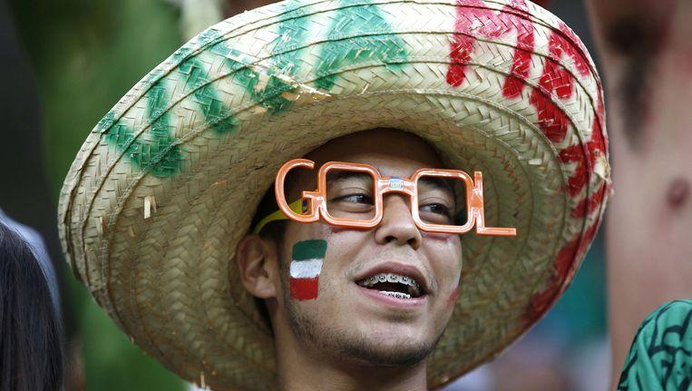Mexicofan met een fonetische Oranje goalbril uit het vocabulaire van Willem van Hanegem. 'Gool', dus. Beeld ap