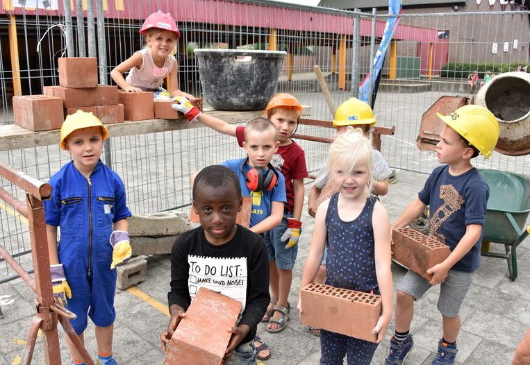 De leerlingen mochten zeulen met stenen en spelen met morteltonnen.