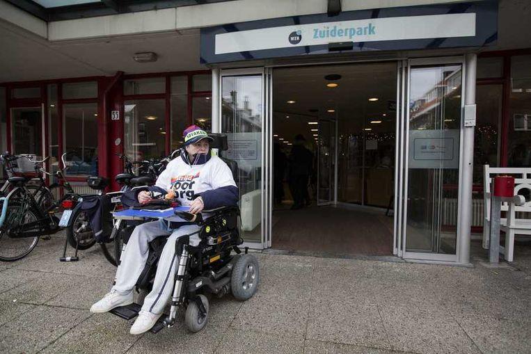 Een bewoner van een Haagse zorginstelling gaf vorige maand, tijdens een eerdere actie, blijk van solidariteit met het zorgpersoneel. Beeld anp