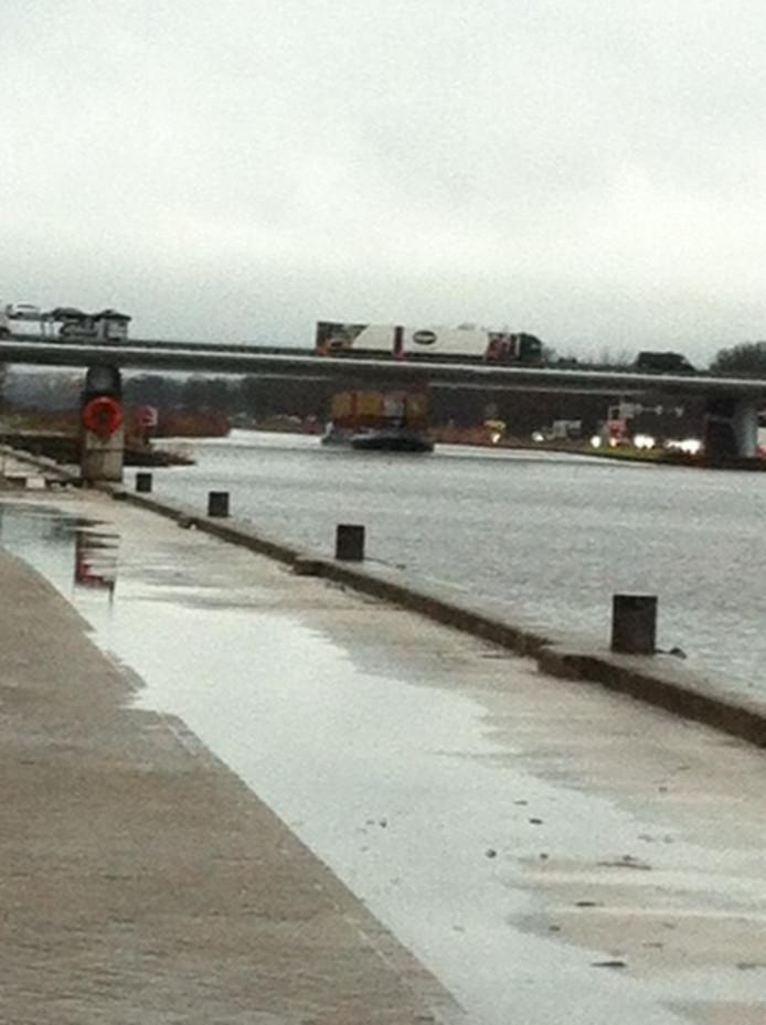 Het hoogbeladen schip paste net onder de onlangs verhoogde Ewellbrug door.