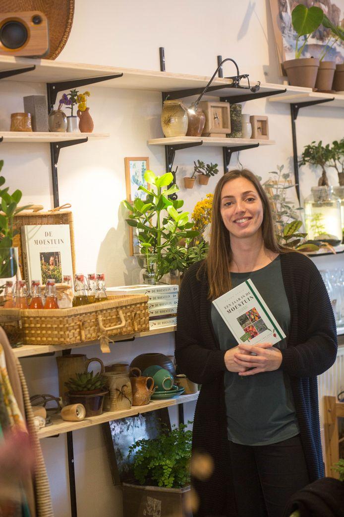 Floor Korte in Bar & Zo met haar tweede boek dat daar inmiddels te koop is.