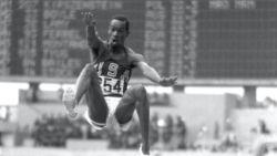 """50 jaar geleden vlóóg Bob Beamon naar fenomenaal wereldrecord: """"Vroeg of laat gaat elk record eraan"""""""