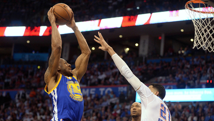 Andre Iguodala (Golden State Warriors, links) en Andre Roberson (Oklahoma City Thunder).