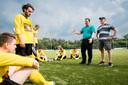 Remco ten Hoopen spreekt zijn spelers toe na het verloren duel bij Elspeet, vorig jaar in de nacompetitie.
