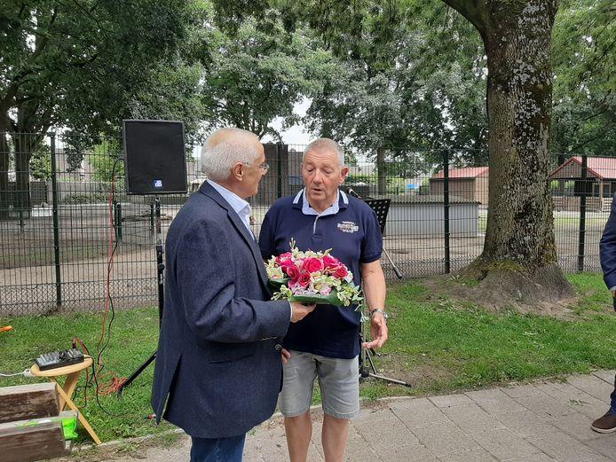 Neef Karel Buelens in gesprek met Jan Bakermans, die het monument voor Louis Buelens in het Amandelpark in Eindhoven beheert.