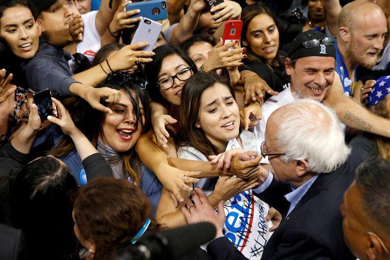 Overal waar de zeventiger Sanders campagne voert, zoals hier in het Californische Carson, wordt hij enthousiast begroet door veelal jonge aanhangers. Beeld null