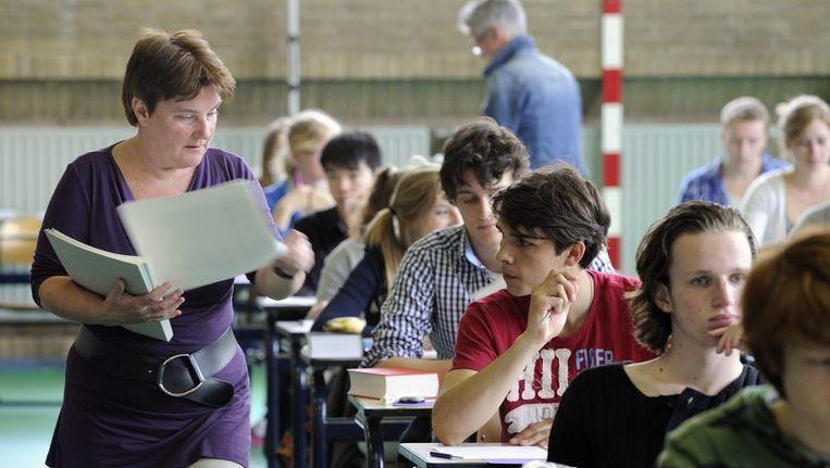 Scholieren van het Christelijk Gymnasium in Utrecht beginnen aan hun examen Beeld anp