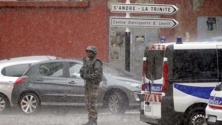 Ter illustratie: een Franse militair in Nice, in de regen, eerder deze week Beeld afp