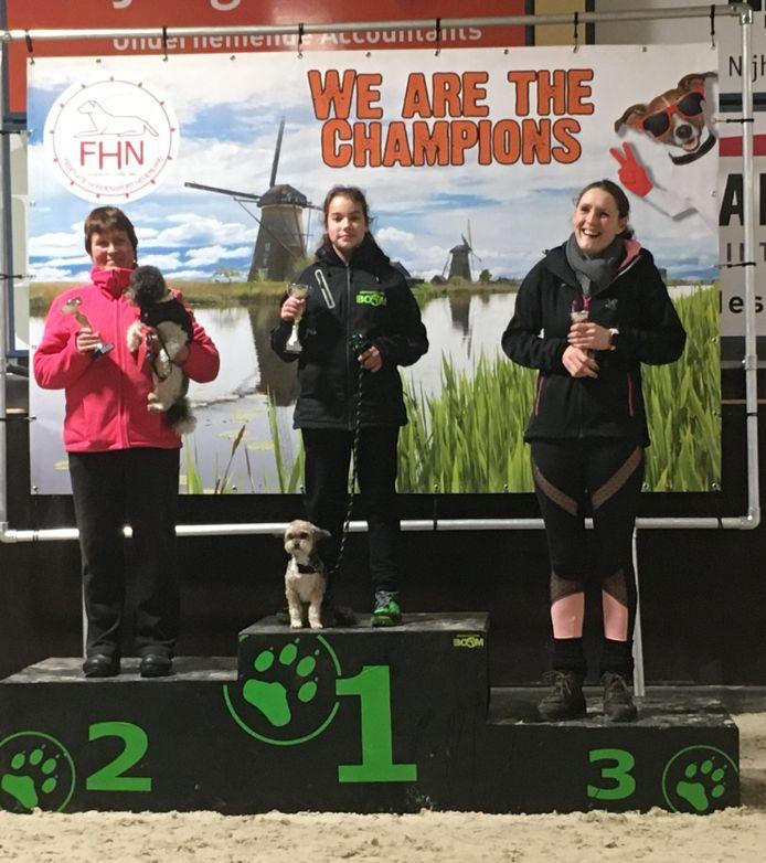 Maureen (13) is met haar hond Woezel Nederlands kampioen behendigheid geworden.