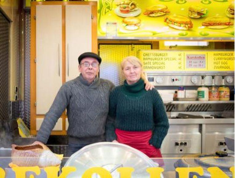 Zo is het dit jaar: Franky Faes en zijn vrouw, herstellend van een operatie, samen in hun karakollenkraam.