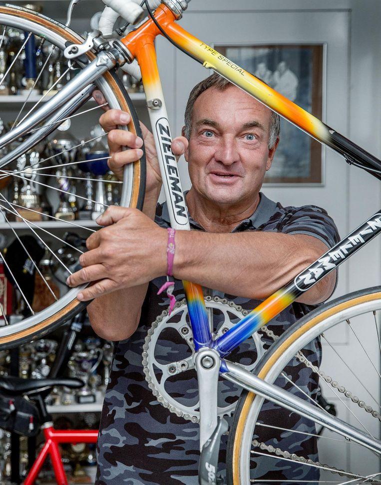 Gerrie Groenewegen in zijn fietsenzaak in de Rivierenbuurt, met om de pols het paarse bandje Beeld Jean-Pierre Jans