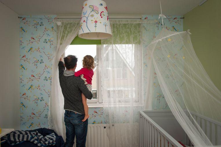 Een vader brengt zijn dochtertje van 2 naar bed.  Beeld Hollandse Hoogte / Sabine Joosten