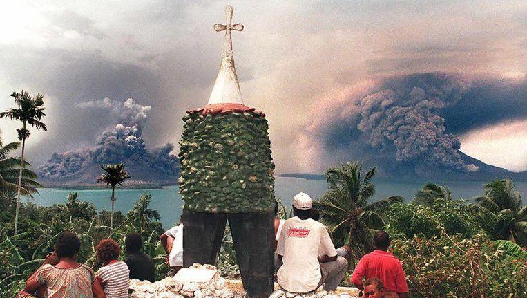 Een foto uit 1994, toen vulkaan Tavurvur al eens een uitbarsting had. Het grootste deel van de stad Rabaul werd daardoor weggevaagd. Beeld AFP
