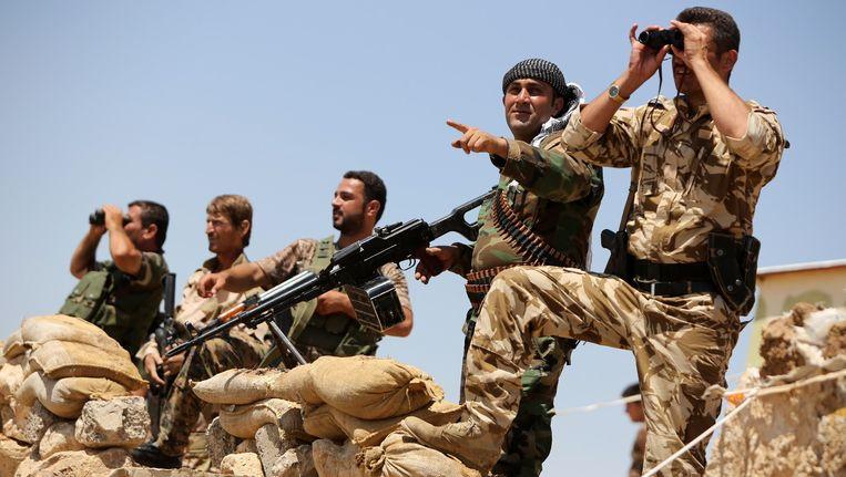 Strijders van het peshmerga-leger in Bashiqa, in de buurt van Mosul, in Irak. Beeld afp
