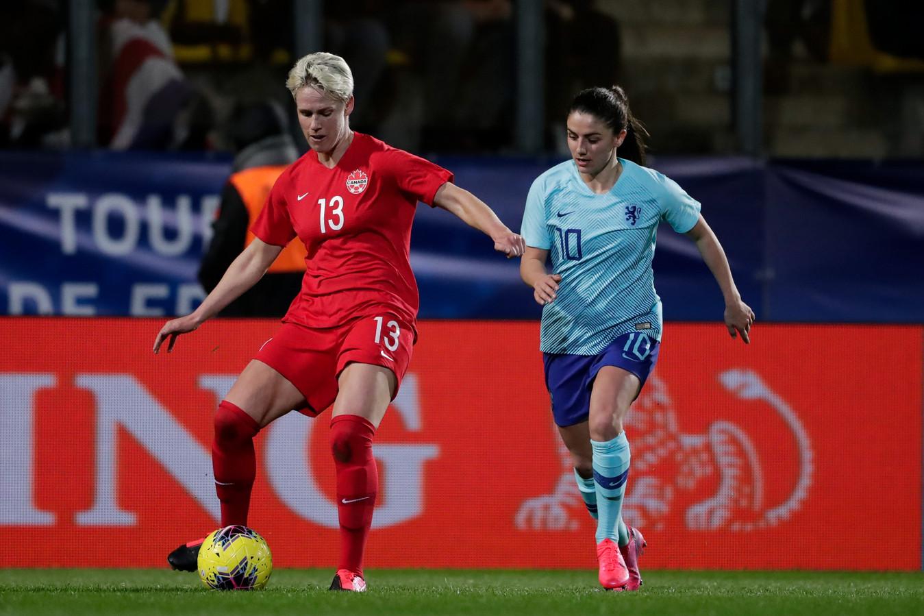 Sophie Schmidt (links) in duel met Daniëlle van de Donk.
