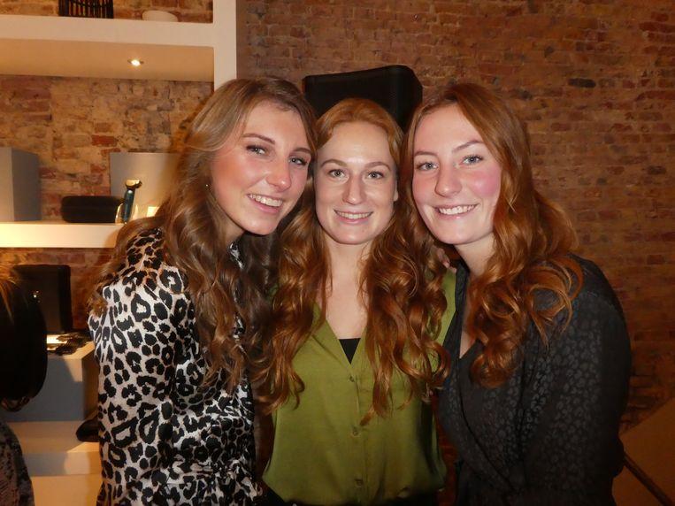 """Ook de Secret Curl: student Isabel van Vlijmen, Nicole Buijs (Babyliss) en student Bianca Buijs. Van Vlijmen: """"Als student wil je ook krullen. En al je huisgenootjes ook."""" Beeld Hans van der Beek"""