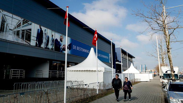 Bij het GIA Exhibition Center in Den Haag zijn voorbereidingen getroffen om de Turkse Nederlanders te ontvangen die naar de stembus gaan voor een referendum over de machtsuitbreiding van president Erdogan. Turkse Nederlanders mogen van 5 tot en met 9 april hun stem uitbrengen. Beeld ANP