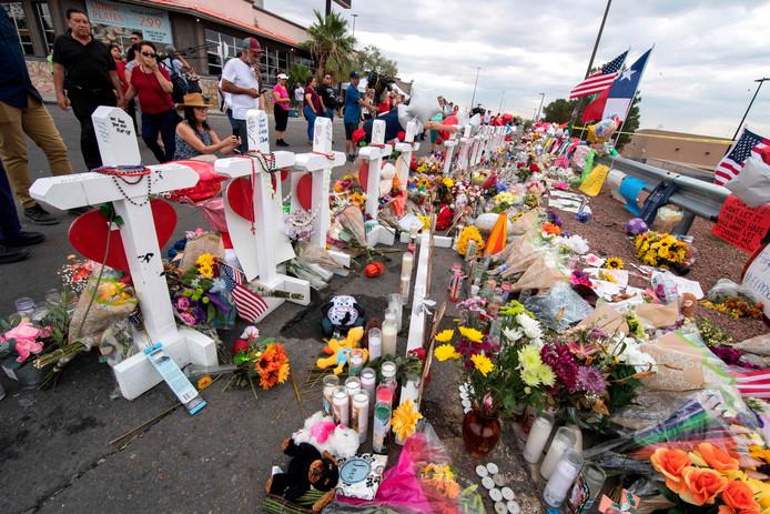 Bloemen ter herdenking aan de mensen die omkwamen bij de schietpartij in El Paso.
