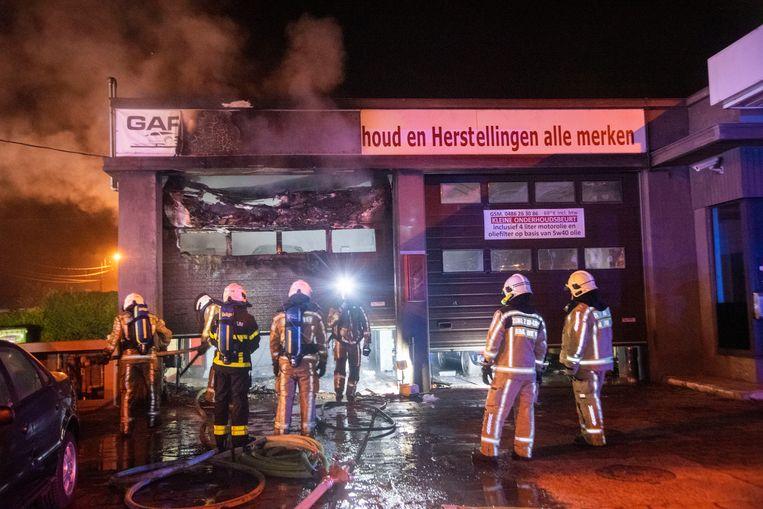 De brandweer had de handen vol met de brand in Garage De Klos.