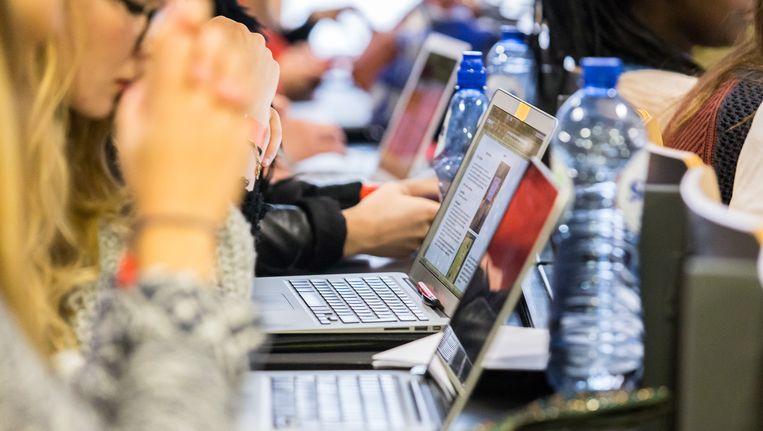 Ter illustratie: leerlingen achter een laptop Beeld belga