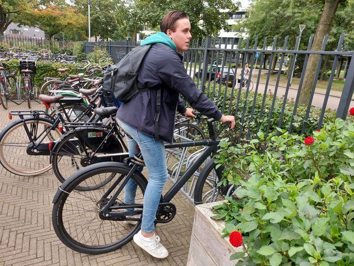 E-bikes zijn steeds vaker te vinden in de fietsenstallingen van middelbare scholen. Vooral leerlingen die verder weg wonen gebruiken er een.