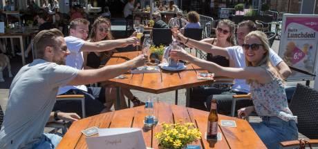 Een uur te vroeg op de stoep en kippenvel bij weerzien van stamgasten bij Sallandse cafés: 'Hier doe je het voor'