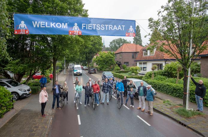 Bewoners van de Verlengde Maanderweg hingen vorige maand een spandoek op om van hun straat een fietsstraat te maken.
