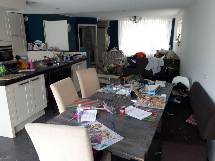 De ravage bleek enorm na de explosie in de woning van familie Bos aan de Golfoploop op Urk.