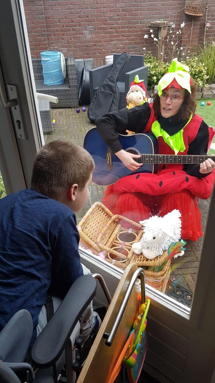 Juf Suus zingt een liedje voor Benjamin.