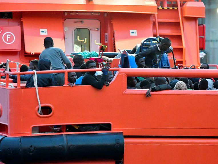 De boot met geredde migranten komt aan in de haven van Almería.  Beeld EPA