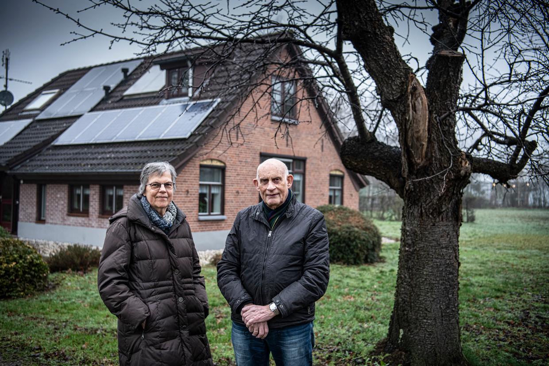 Willy en Henk Houwers voor hun boerderij in Doetinchem. Met het oog op hun oude dag willen ze een seniorenwoning op het erf bouwen.