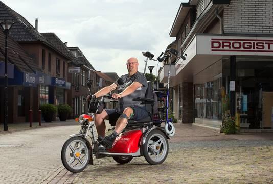 Roy Splithof is zelf gehandicapt en maakt zich druk voor de toegankelijkheid voor gehandicapten. Bijvoorbeeld drempels in winkels, toiletten in restaurants.