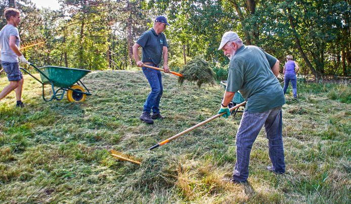 Vrijwilligers onderhouden het Herinneringsbos op Landerij Tosse in Heesch.