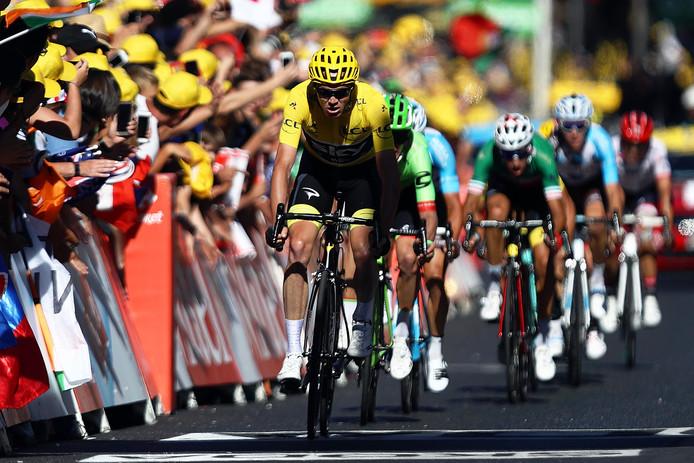 Chris Froome komt over de finish in de vijftiende etappe.