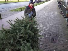 Teun (11) brengt kerstbomen voor een euro naar inzamelpunt