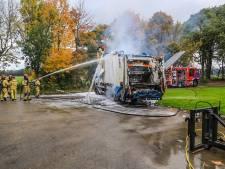 Brandweer heeft grote moeite met brandende vrachtwagen vol papier