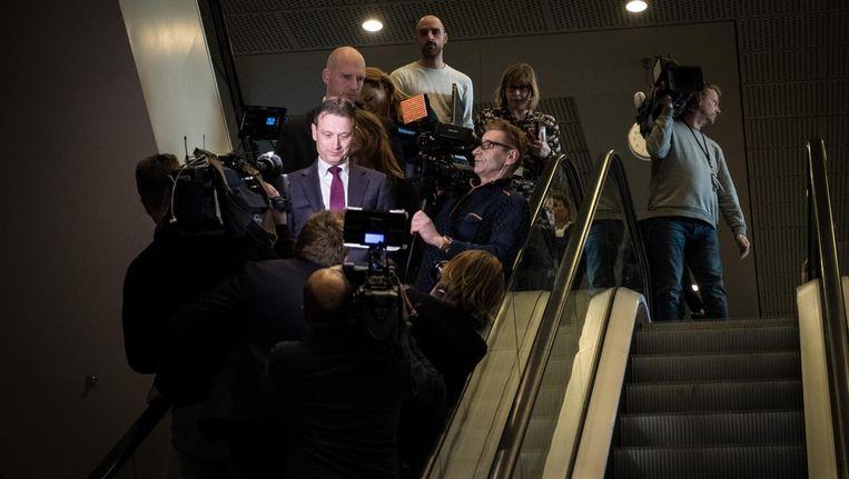 Halbe Zijlstra verlaat de Tweede Kamer na het afleggen van een verklaring waarin hij zijn aftreden bekendmaakte. Beeld null