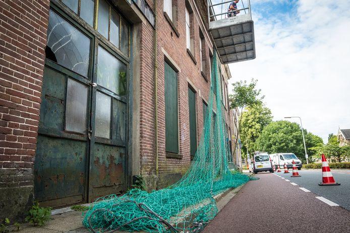 In juli werd de villa ingepakt met netten om te voorkomen dat er onderdelen van het zwaar vervallen pand zouden afwaaien.